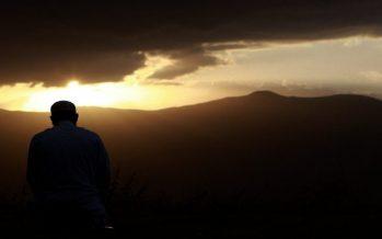 كشف الرؤوس و لبس النعال في الصلاة